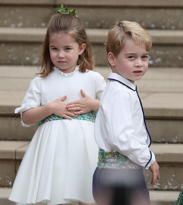 Принцесса Шарлотта в белом платье и Принц Джордж в красивом наряде