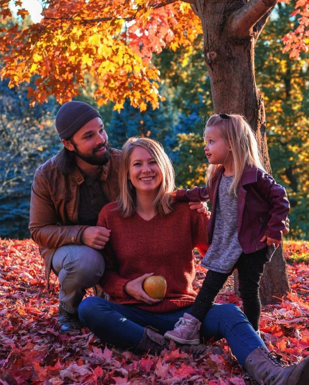 Натан с беременной женой и маленькой дочкой