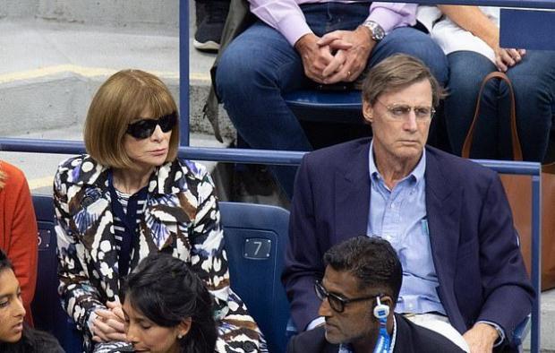 Анна в солнцезащитных очках и Шелби в синем костюме