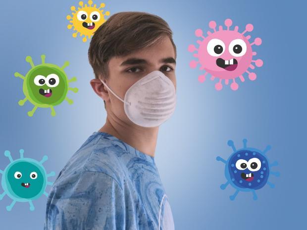 юноша в маске от коронавируса