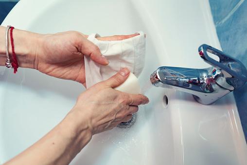 как стирать маску от коронавируса вручную