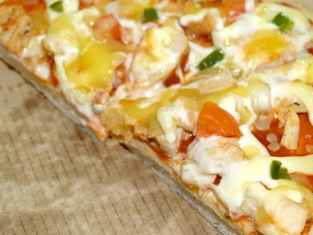 кусок жирной пиццы пеппероне