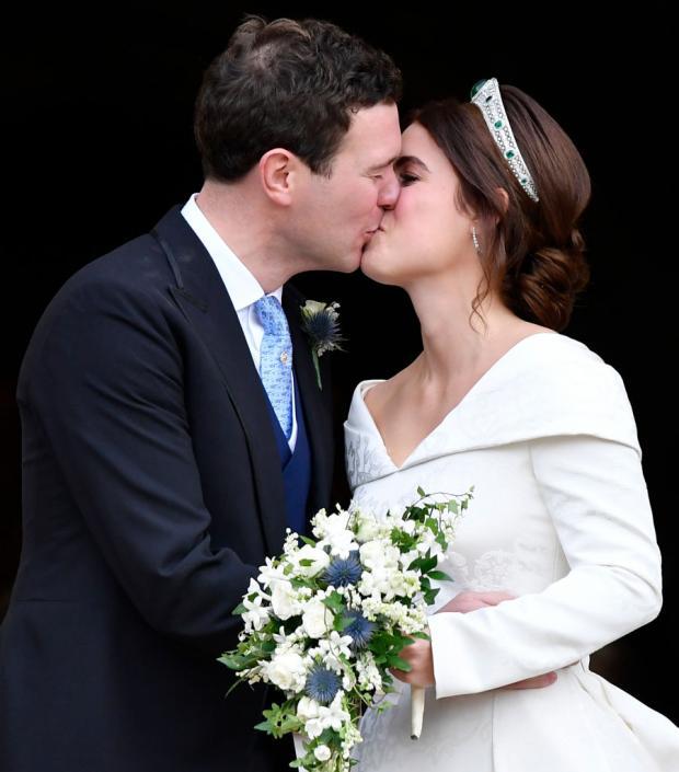 Принцесса Евгения целуется с мужем