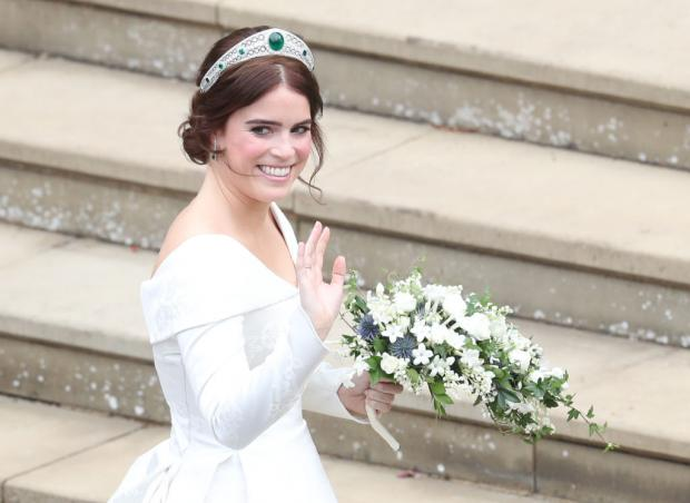 Принцесса Евгения в белом платье и тиаре с изумрудом