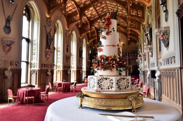 Красивый торт в богато украшенном зале