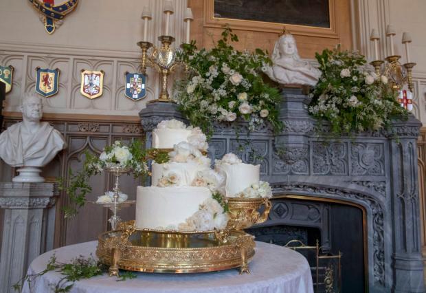 Свадебный торт на золотой подставке