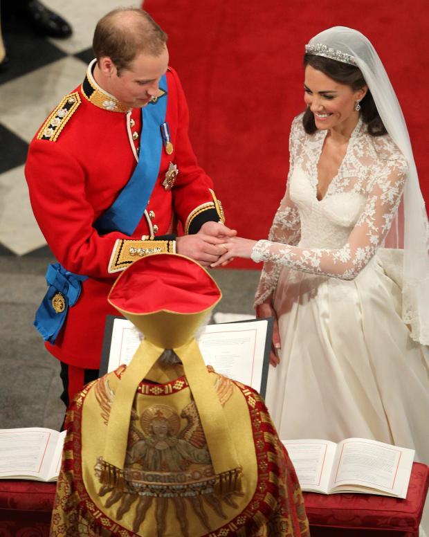 Принц Уильям надевает обручальное кольцо невесте Кейт