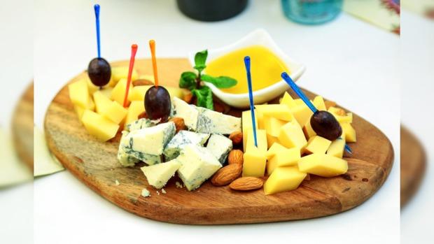 деревянная сырная тарелка