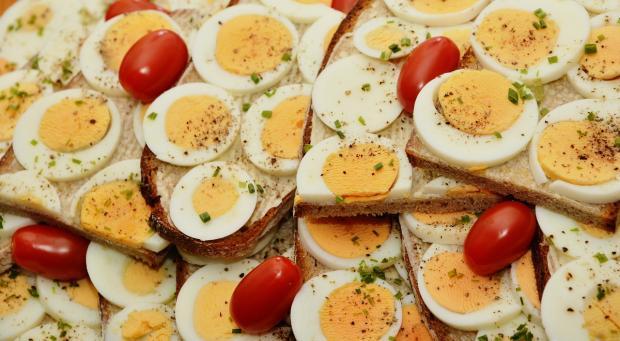 нарезанные на бутерброды вареные яйца