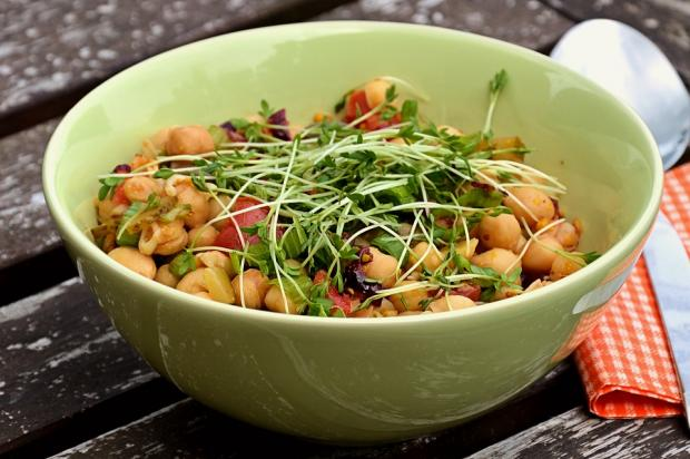 глубокая тарелка с салатом из нута