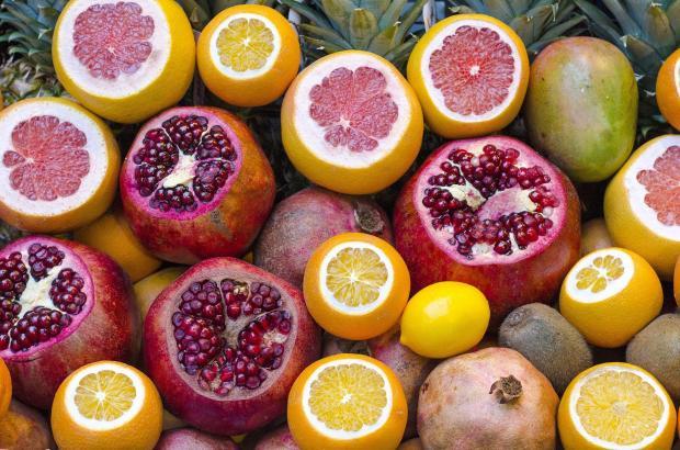 апельсины, лимоны, гранаты, киви