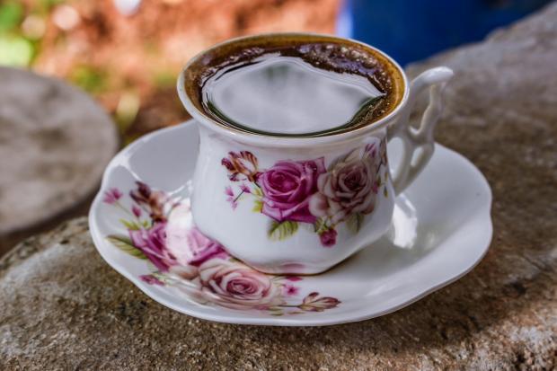 черный чай в красивой чашке на блюдце