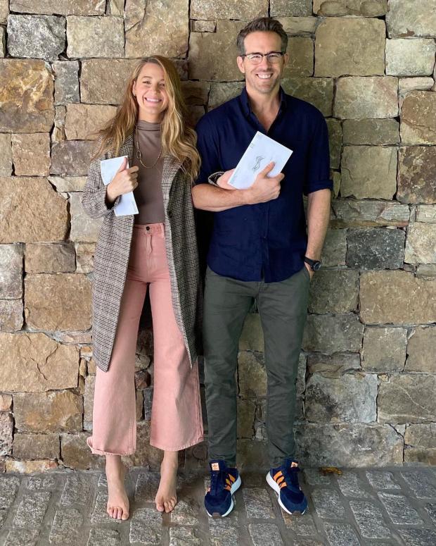 Блейк в розовых джинсах и пальто с мужем