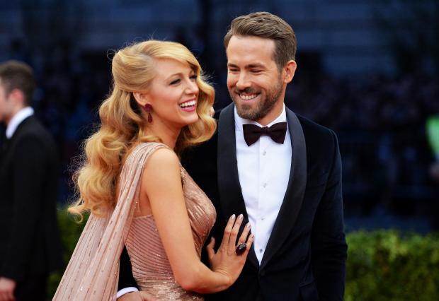 Блейк в красивом платье с мужем в смокинге на красной дорожке