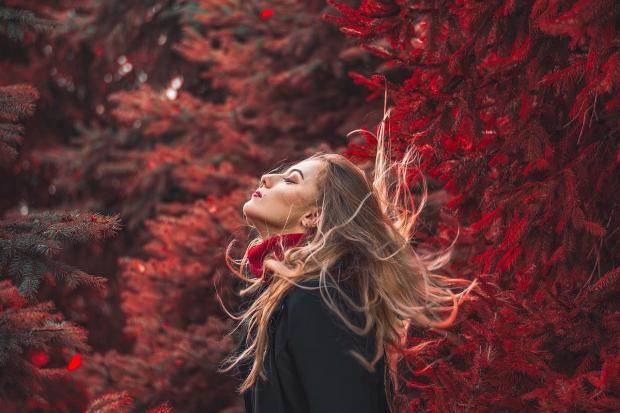 девушка на фоне осеннего леса