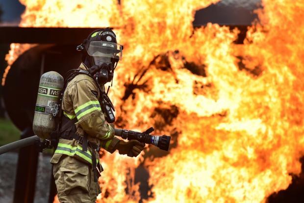 Пожарный на фоне пожара