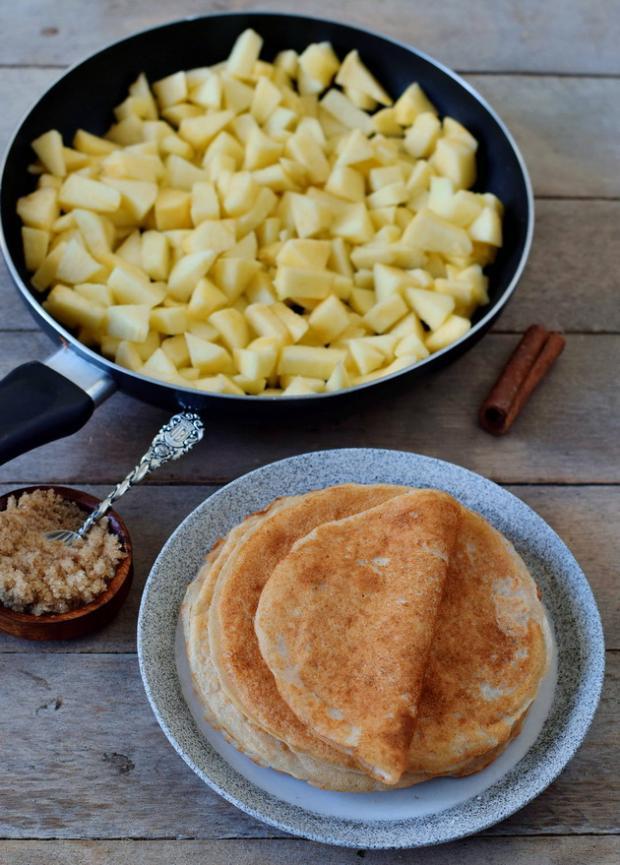 сковородка и нарезанные яблоки