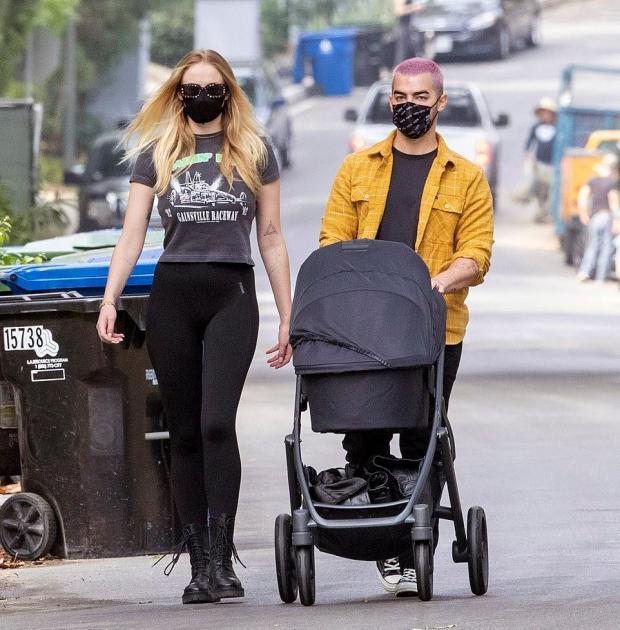 Софи с мужем на прогулке с дочерью