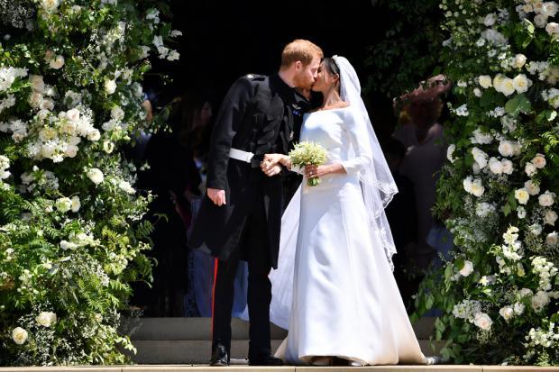 Принц Гарри и Меган Маркл целуются после женитьбы