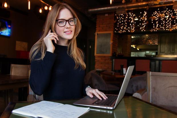 успешная бизнес-леди за ноутбуком