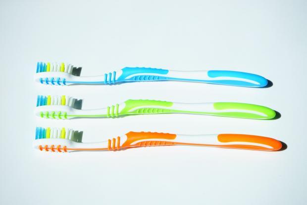 три разноцветные зубные щетки