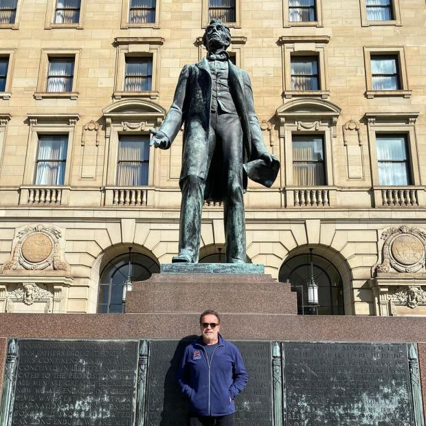 Арнольд позирует у статуи Авраама Линкольна - 16-го президента США