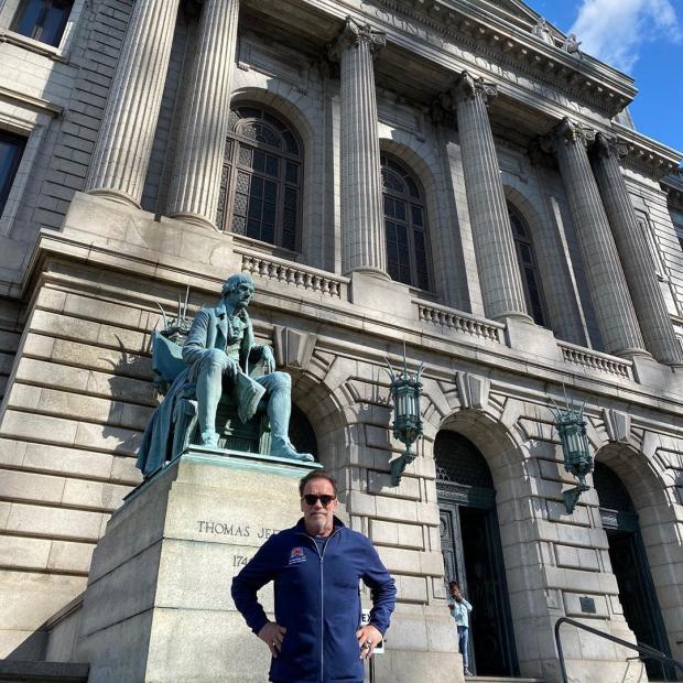 Арнольд позирует у памятника Томасу Джефферсону - 3-й президент США