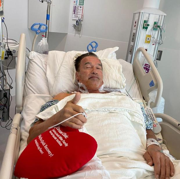 Шварценеггер на больничной кровати