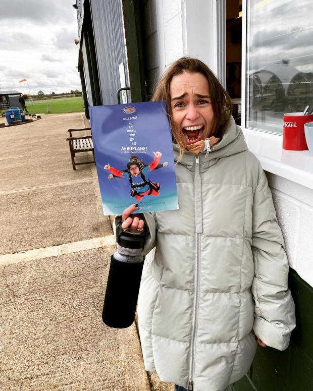 Эмилия с сертификатом о прыжке с парашюта