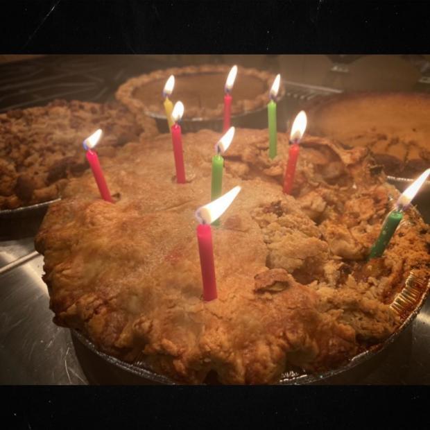 Надъеденный пирог со свечами