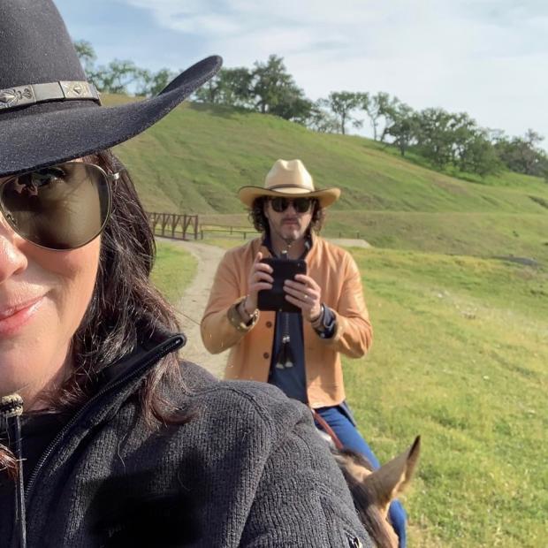 Актриса с мужем катается на лошадях