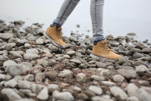 человек шагает по камням