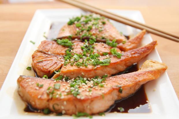 три стейка из лосося в соусе