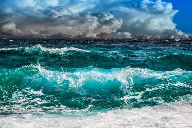 шторм на море, облачное небо