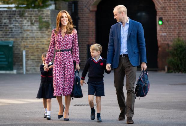 Кейт и Уильям ведут детей в школу