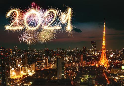 ночной Париж перед 2021 годом