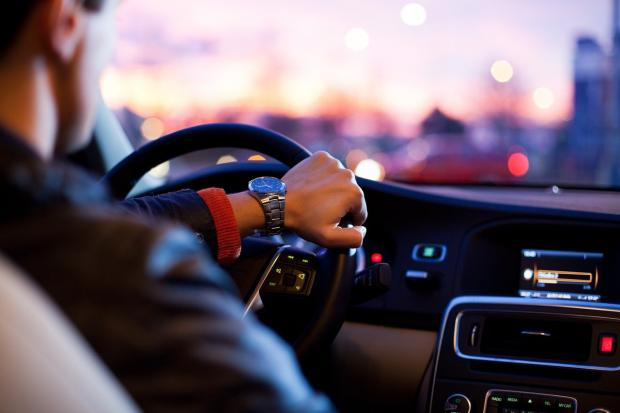 мужчина за рулем автомобиля