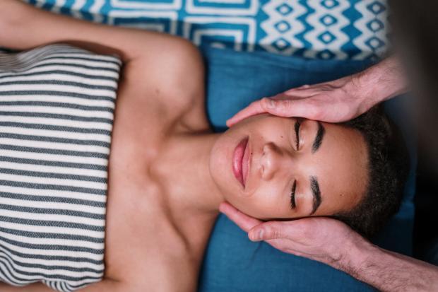 Девушка лежит на кушетке косметолога
