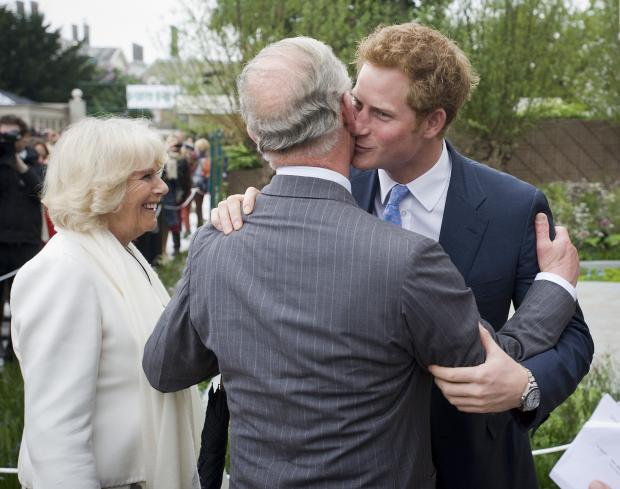 Принц Гарри целует отца