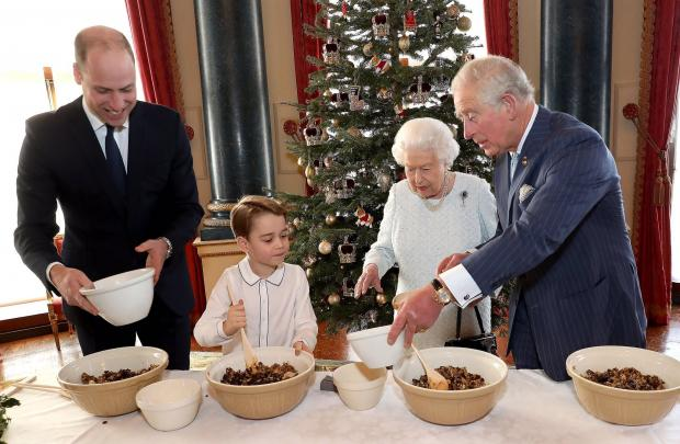 Королева, с сыном, внуком и правнуком готовят пирог
