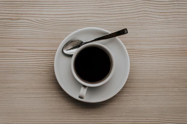 кофе в белой чашке на блюдце