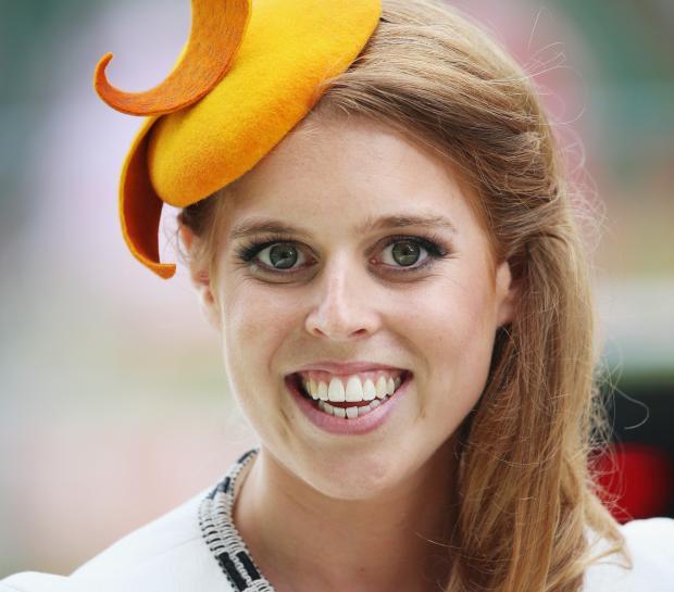 Принцесса Беатрис в белом платье и желтой шляпке