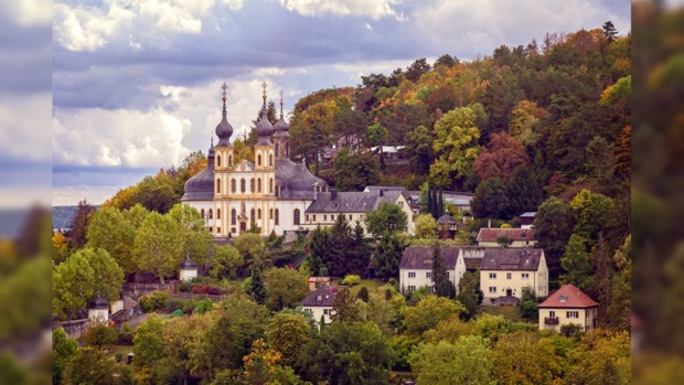 церковь на фоне осеннего леса