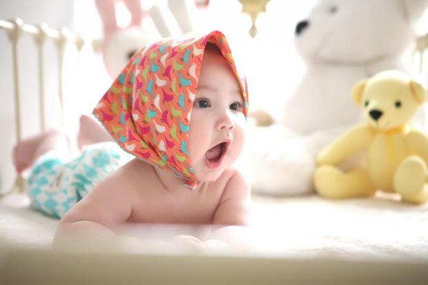 Маленькая девочка в косынке