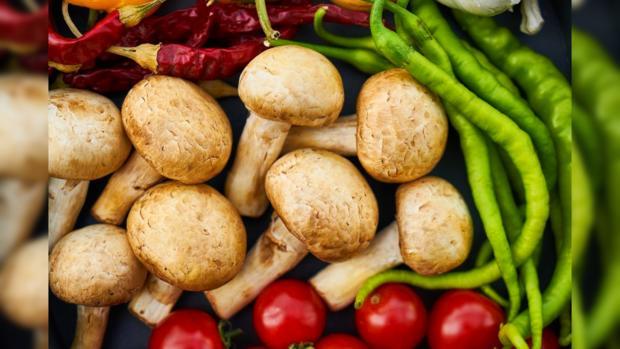 свежие грибы со стручковым перцем и помидорами
