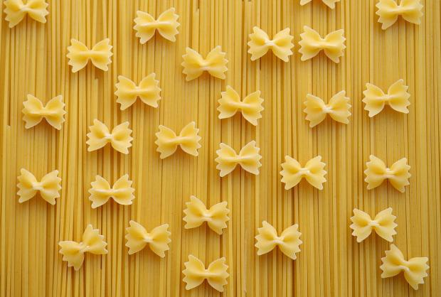 красиво оформленные бантиками макаронные изделия