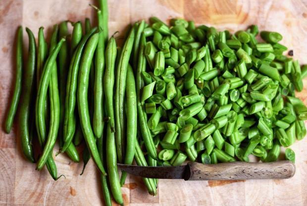 нарезанная ножом зеленая фасоль