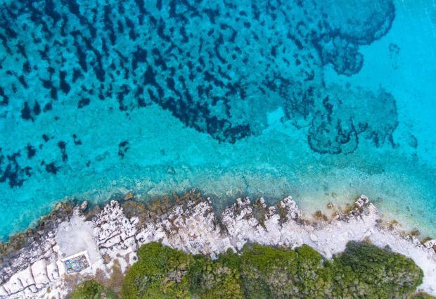 Голубое море и остров