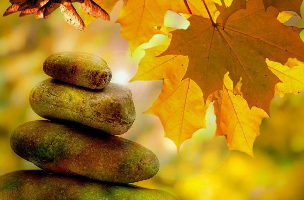 камушки горкой на фоне осенней листвы