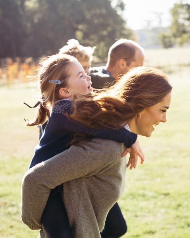 Кейт Миддлтон и Принц Уильям играют с детьми во дворе